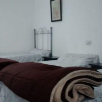 habitación triple del albergue de peregrinos luz del camino guillena via de la plata a santiago de compostela