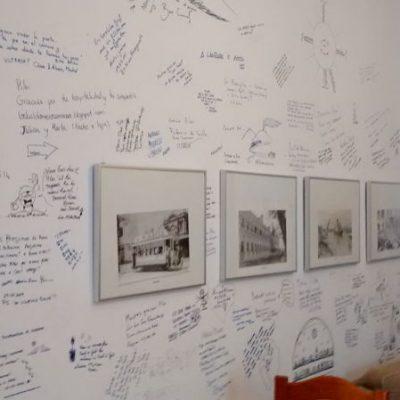 muro de los recuerdos del albergue para peregrinos luz del camino guillena via de la plata a santiago de compostela